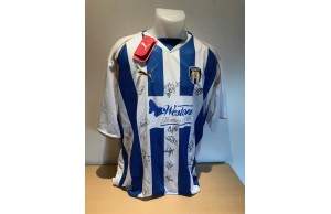 COLCHESTER UNITED Squad Signed 2008/09 Season Home Shirt For NADS CHARITY